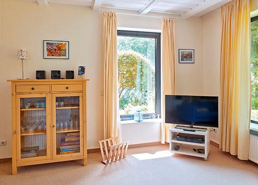 wohnzimmer-mit-fernseher