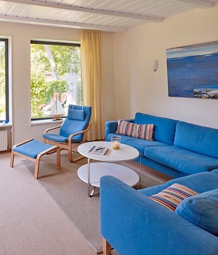 blaues-sofa-mit-fenster